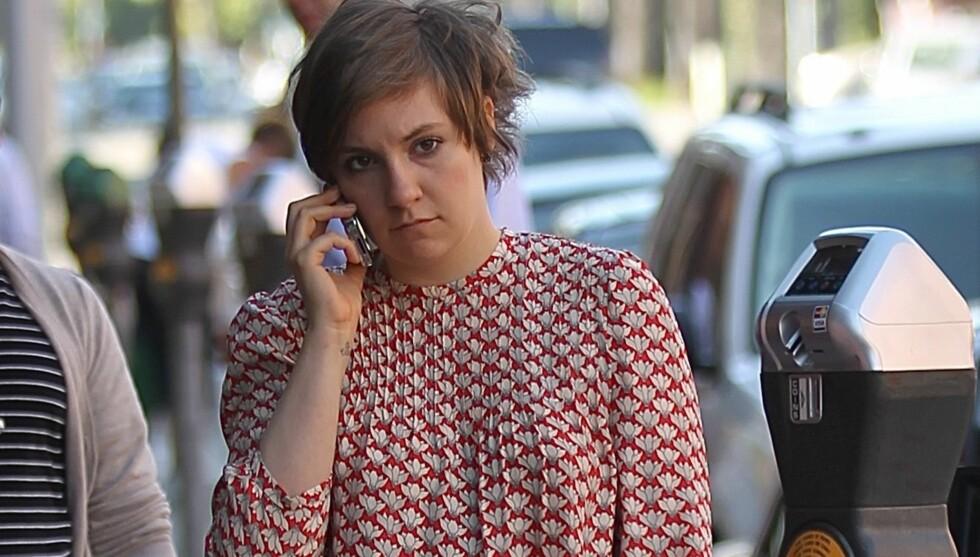 PSYKISKE LIDELSER: Lena Dunham har gjort enorm suksess med HBO-serien «Girls». Nå forteller hun om sine opplevelser med tvangslidelse og angst. Her er 26-åringen avbildet etter en legetime i Beverly Hills i høst. Foto: All Over Press