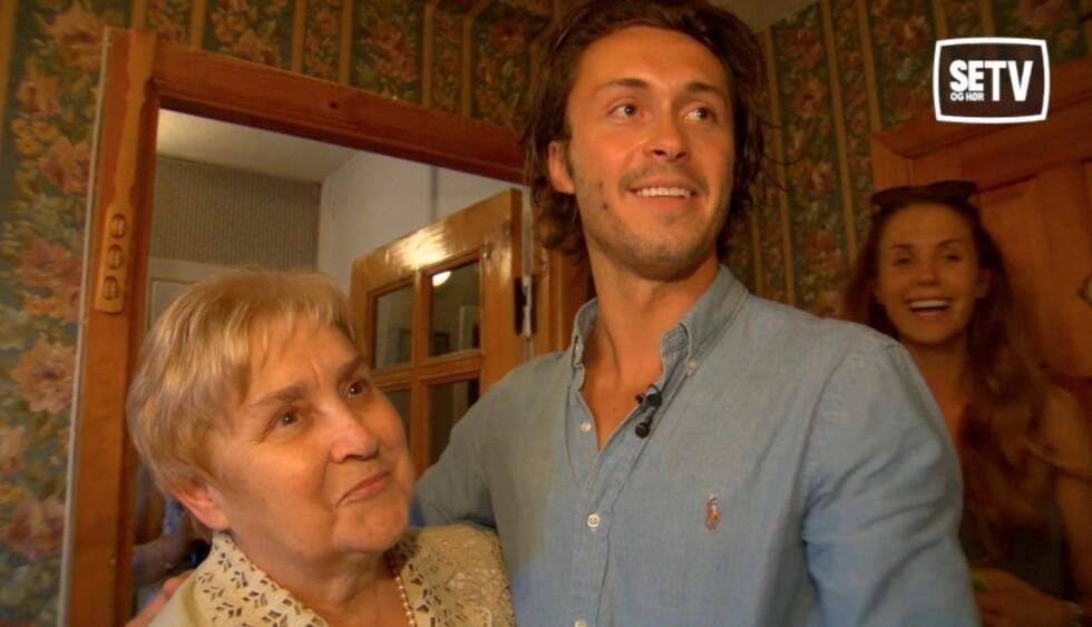 <strong>STERKT MØTE:</strong> Egor Filipenko dro til Hviterussland med NRK for å møte besteforeldrene.