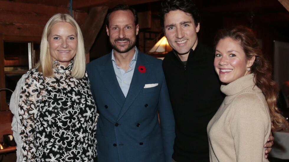 UTE PÅ BYEN: Kronprinsesse Mette-Marit, kronprins Haakon, CanadaS STATSMINISTER Justin Trudeau og fru Sophie på restauranten L'Oree du Bois i Chelsea, Quebec. Foto: NTB scanpix