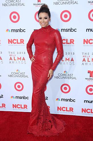 FLOTT: «Frustrerte Fruer»-stjernen Eva Longoria gikk også for rødt på fredagens ALMA Awards. Foto: All Over Press