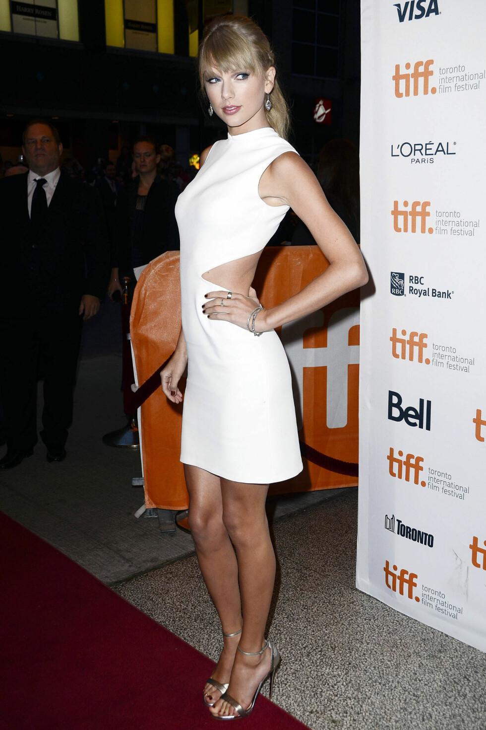 Countrysangeren hadde fått spesialdesignet en kjole fra Calvin Klein, med utskårne detaljer i midjen.  Foto: All Over Press