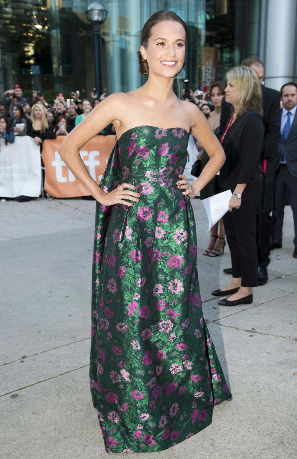 Den svenske skuespilleren kjent fra «En kongelig affære» bar en blomstermønstret kjole signert Erdem.  Foto: All Over Press