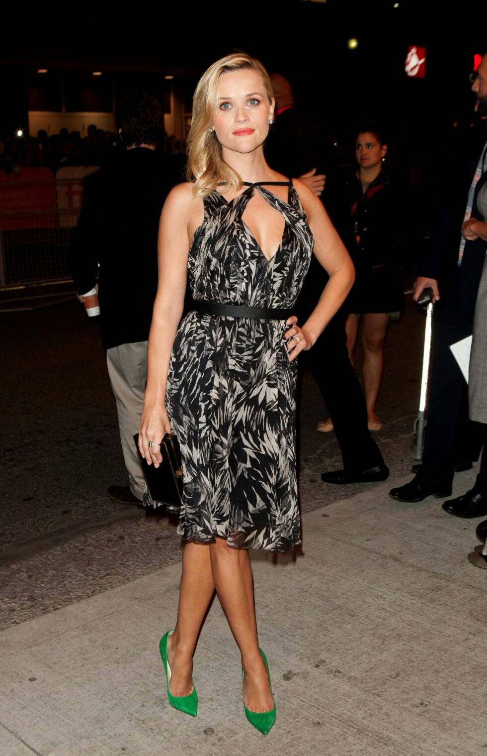 «Lovlig blond»-stjernen kombinerte den mønstrede kjolen fra Jason Wu med knallgrønne Jimmy Choo-pumps. Den lille boksclutchen er også fra Jason Wu.  Foto: All Over Press