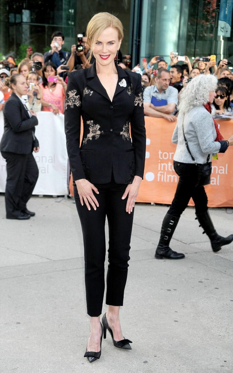 «Moulin Rouge»-stjernen droppet kjolen, og stilte isteden i en sort dress med gjennomsiktige blondedetaljer Altuzarra. Pumpsene med sløyfer er fra Louis Vuitton. Foto: All Over Press