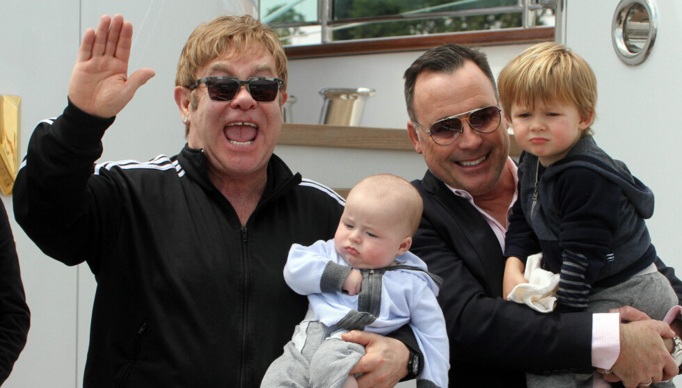 FAMILIEMANN: Mens Elton John er sengeliggende må ektemannen David Furnish ta seg av deres to små sønner. Foto: All Over Press