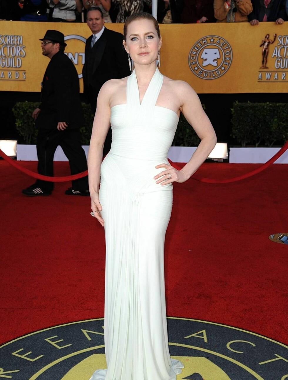 AMY ADAMS: Skuespillerinnen så svært vakker ut i en nydelig figurnerve Herve Leroux halterneckkjole.  Foto: Stella Pictures