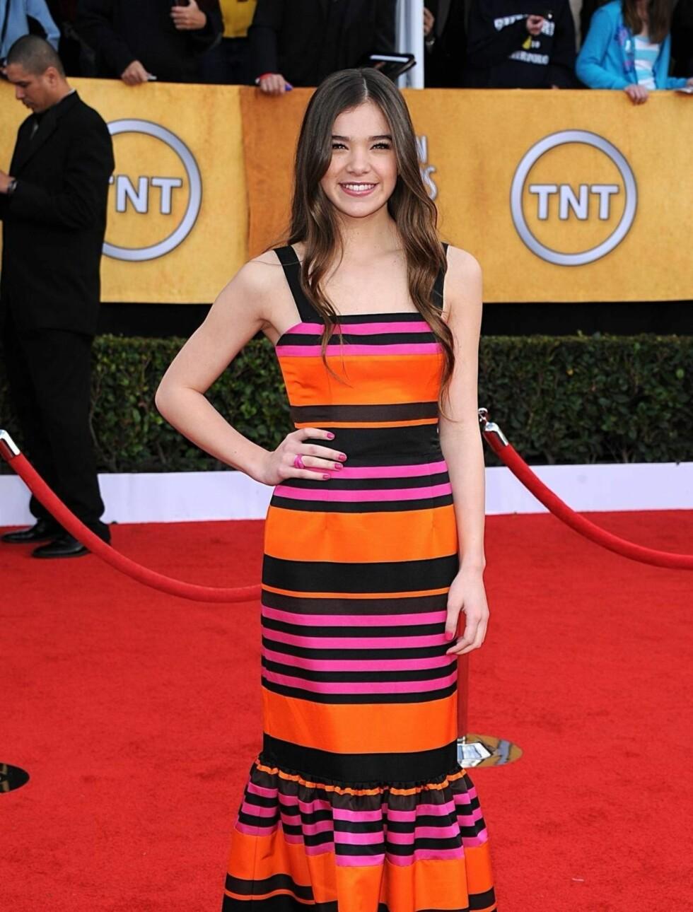 HAILEE STEINFELD: «True Grit»-stjernen, som bare er 14 år gammel, bar en fargerik kjole fra Prada.  Foto: Stella Pictures