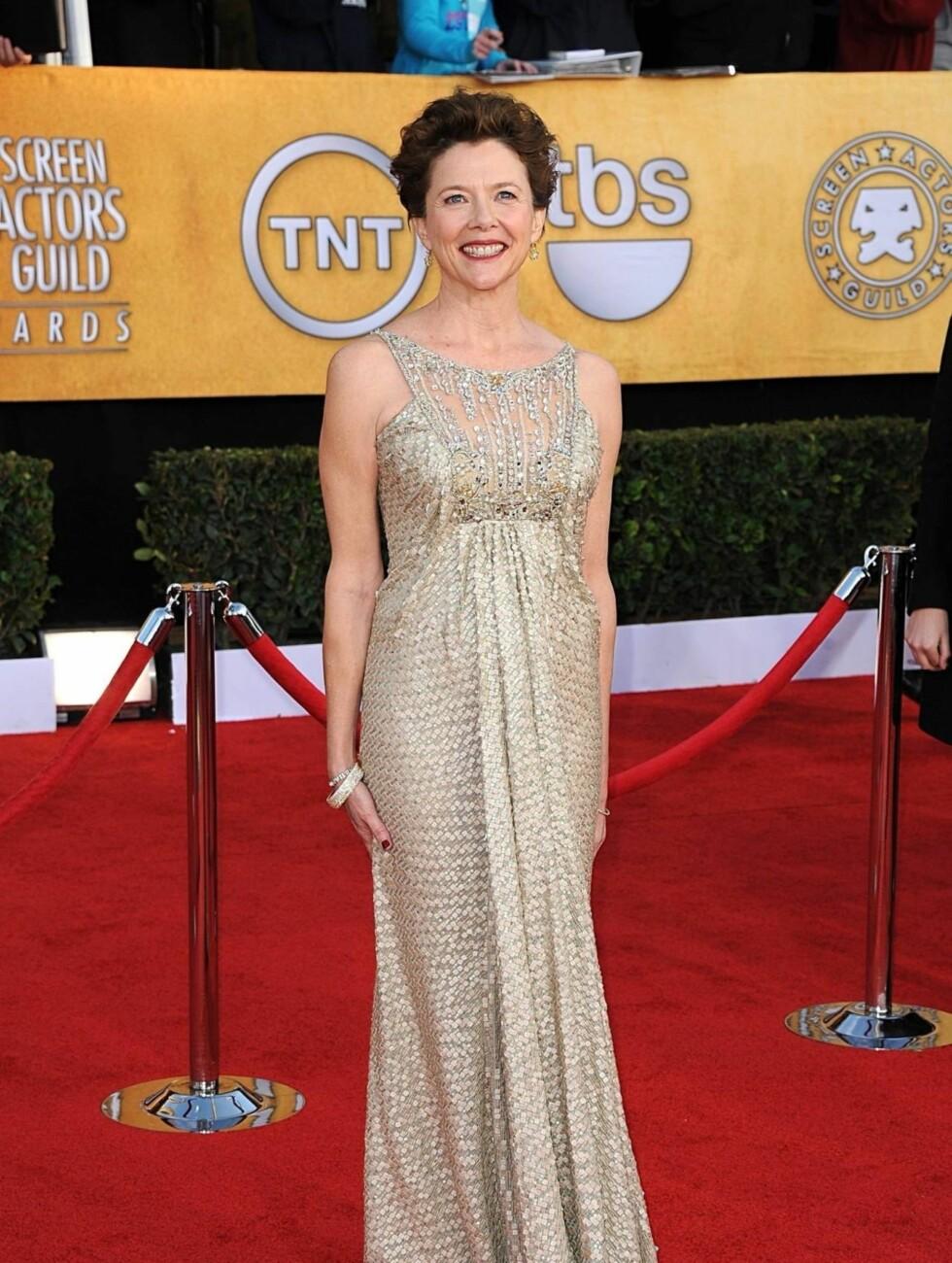 ANNETTE BENING: Skuespillerinnen bar en gullfarget kjole fra Tony Ward Couture. Foto: Stella Pictures