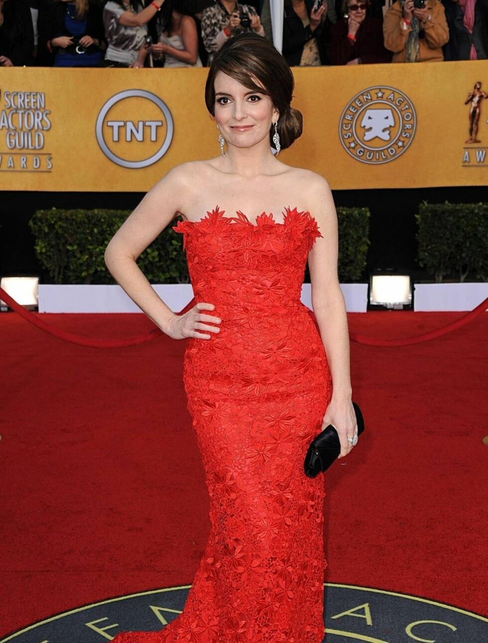 TINA FEY: «30 Rock»-stjernen bar en rød kjole fra Oscar de la Renta og smykker fra Lorraine Schwartz. Foto: Stella Pictures