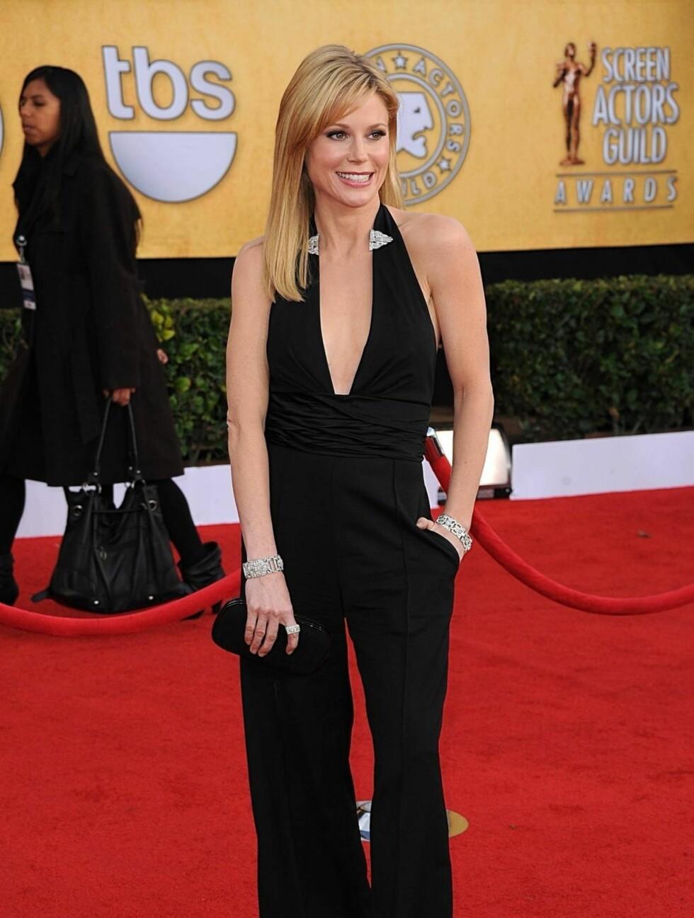 JULIE BOWEN: «Modern Family»-skuespillerinnen så sexy ut i en svart jumpsuit fra Catherine Malandrino. Foto: Stella Pictures