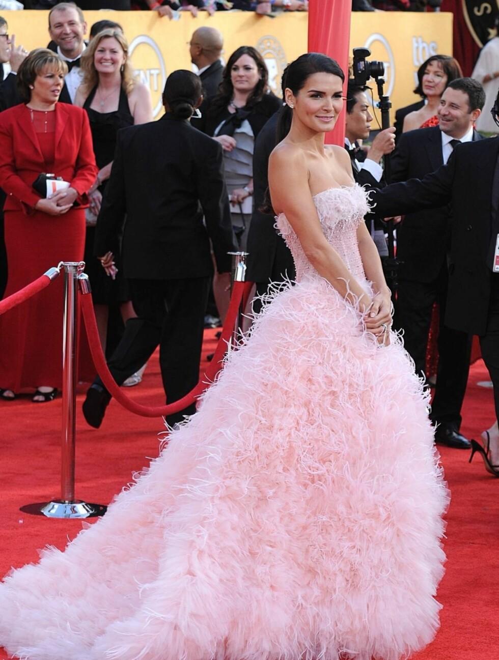 ANGIE HARMON: Skuespillerinnen og modellen ankom SAG-utdelingen i en rosa prinsessekjole med fjærpynt fra Monique Lhuillier. Foto: Stella Pictures