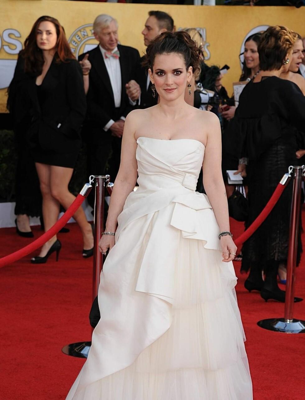 WINONA RYDER: Skuespillerinnen ankom festen i en hvit kjole hvit stroppeløs Alberta Ferretti-kreasjon.  Foto: Stella Pictures