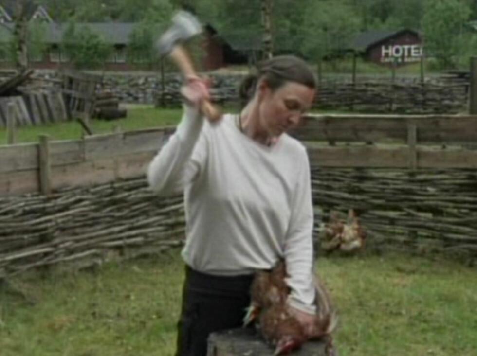 SOM VIKINGER: Det var da deltagerne skulle leve som vikinger at de fikk i oppgave å ta livet av en høne.  Foto: Bildegrab fra TVNorge