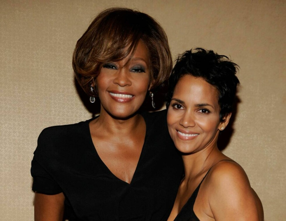 KJENDISSPEKKET: Filmstjernen Halle Berry var blant de som hadde tatt turen til Beverly Hilton Hotel for å hylle Whitney Houston torsdag.  Foto: All Over Press