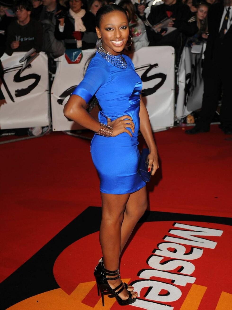 ALEXANDRA: X-Factor vinner Alexandra Burke kom iført en ettersittende blå minikjole og fulgte trenden med store øredobber.  Foto: All Over Press