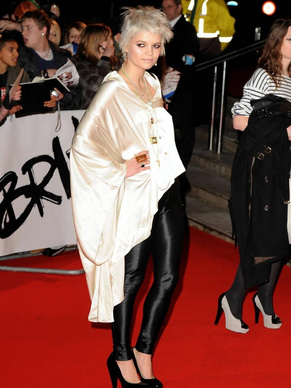 PIXIE: Rockerdatteren kom iført en silketopp og åletrange sorte leggings. Men det var nok det sløve uttrykket i ansiktet hennes som vekket mest oppmerksomhet.  Foto: All Over Press