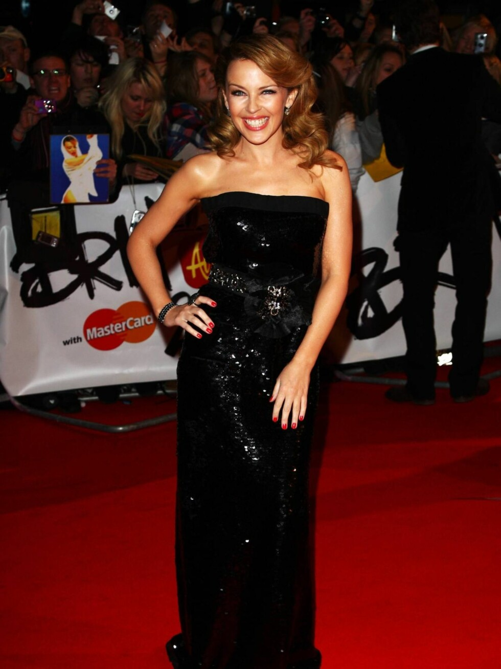 KYLIE: Den australske popdivaen strålte som alltid i en lekker Chanel-kjole.  Foto: All Over Press