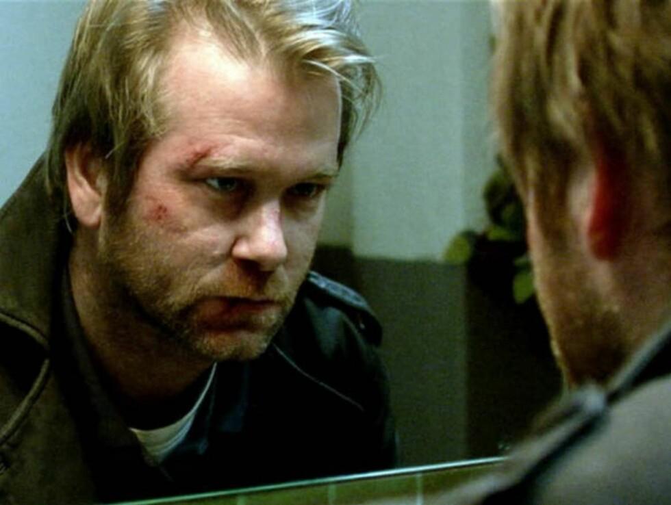 FALLER SAMMEN: Roger (Såheim) faller etterhvert totalt fra hverandre etter sin kones død...