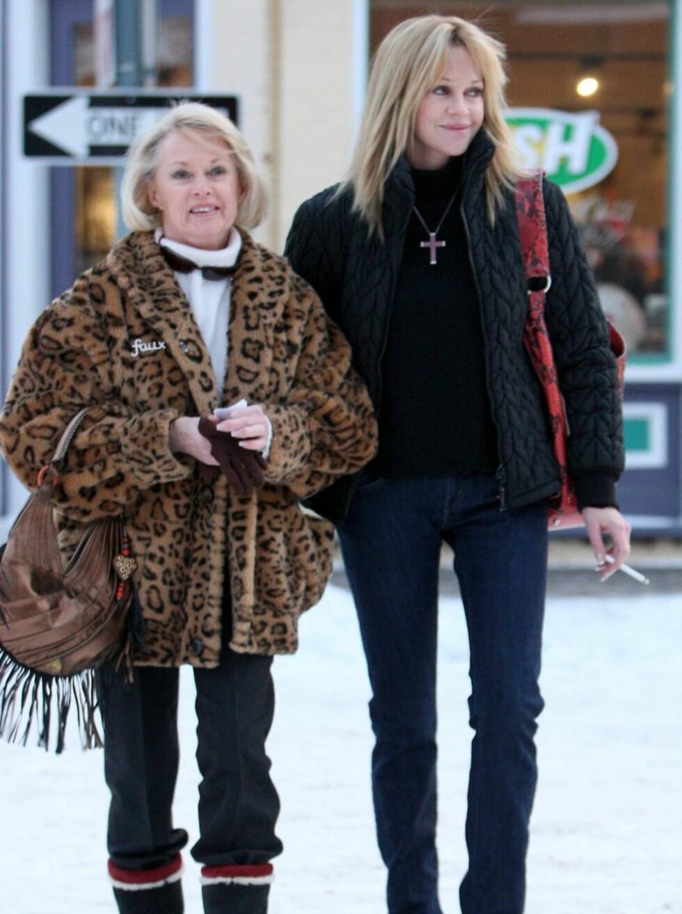 <strong>PÅ SHOPPING:</strong>...mens kona Melanie Griffith nyter dagene med shopping.  Foto: All Over Press