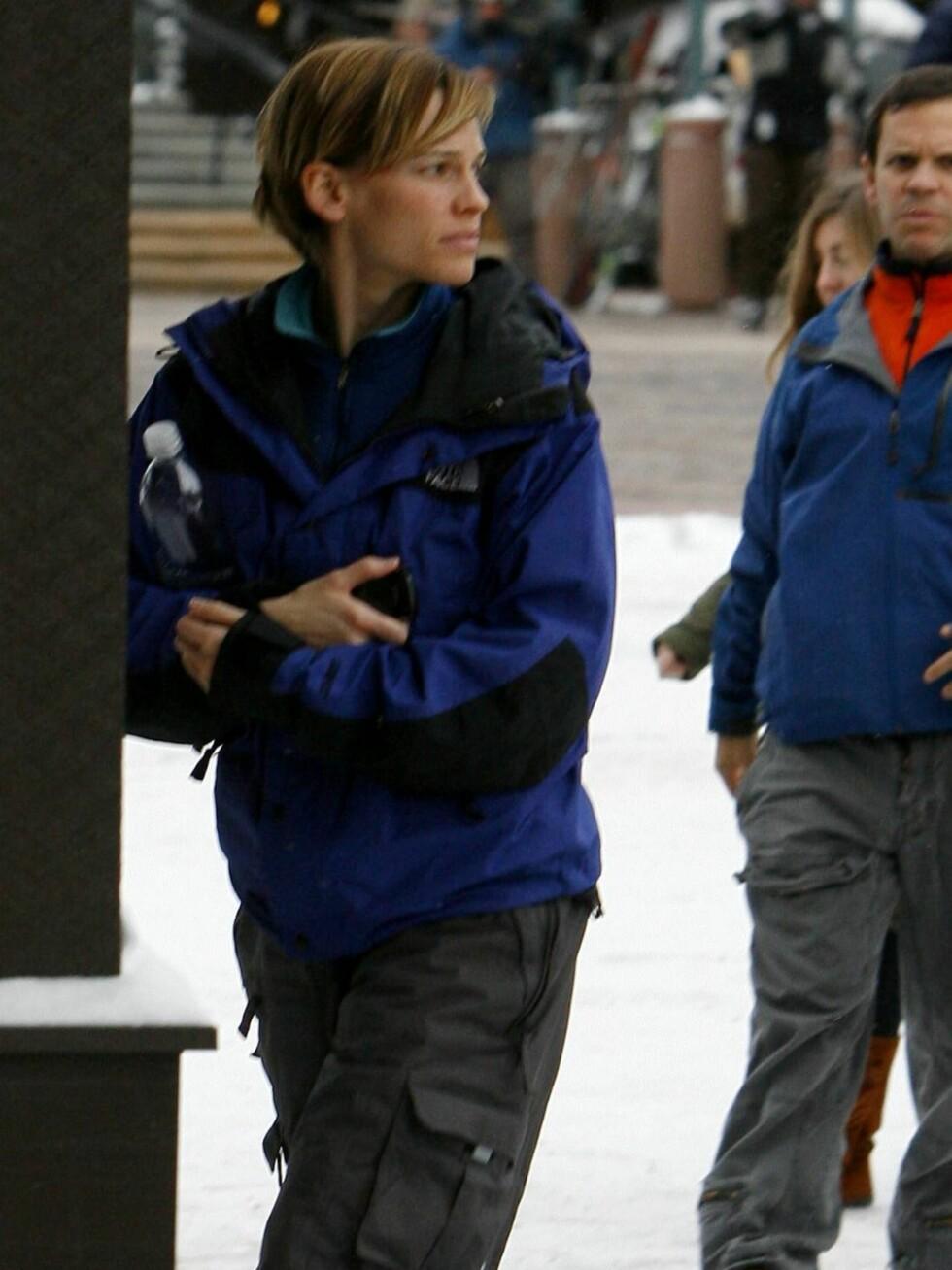 <strong>KLER SEG:</strong> Hilary Swank har kledd seg for det kalde vinterværet i Colorado.  Foto: All Over Press
