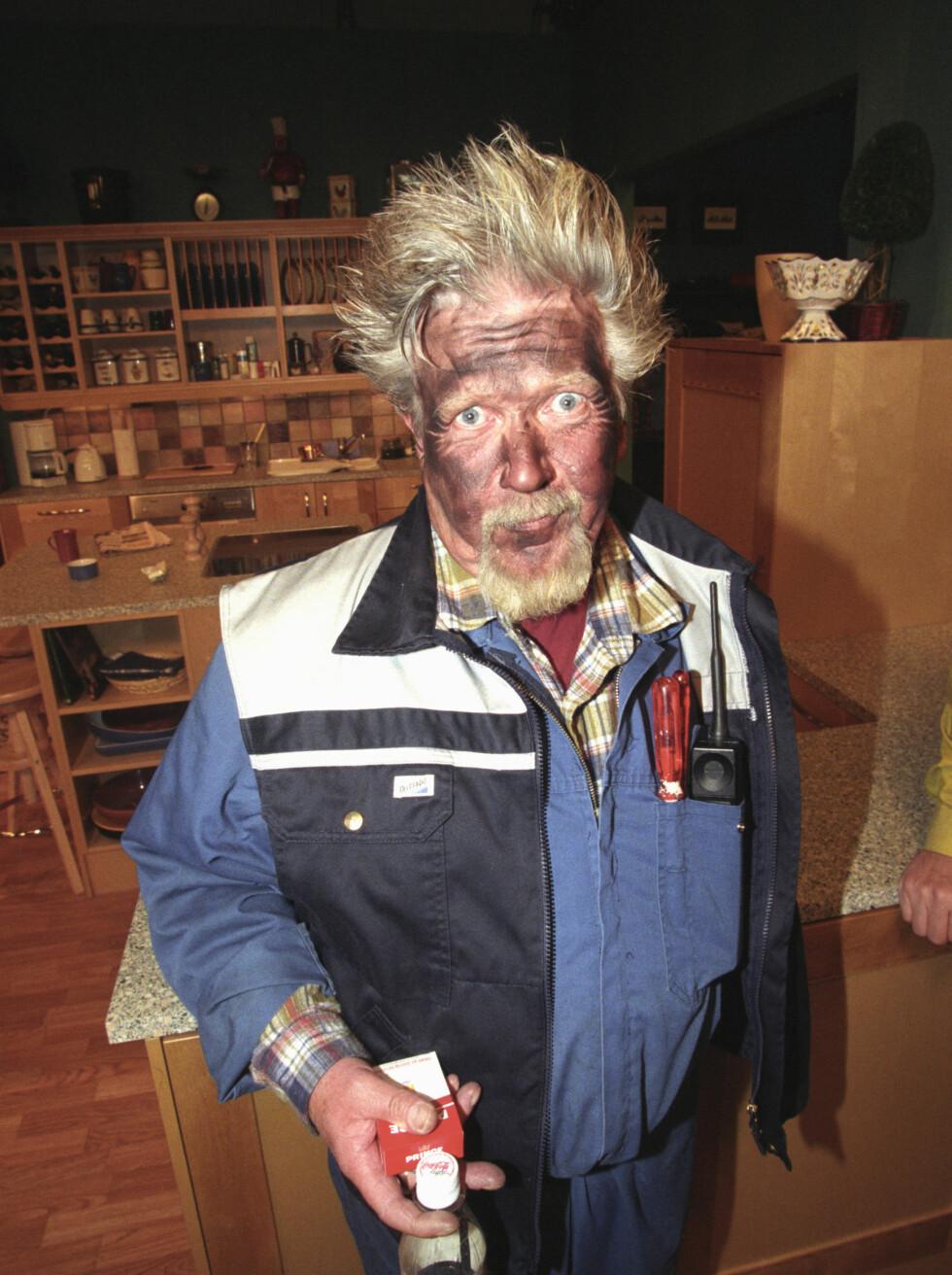 KARL & CO: Vaktmester Smestad i TV2s situasjonskomedie har visst tatt en �Dynamitt-Harry�. Foto: Scanpix