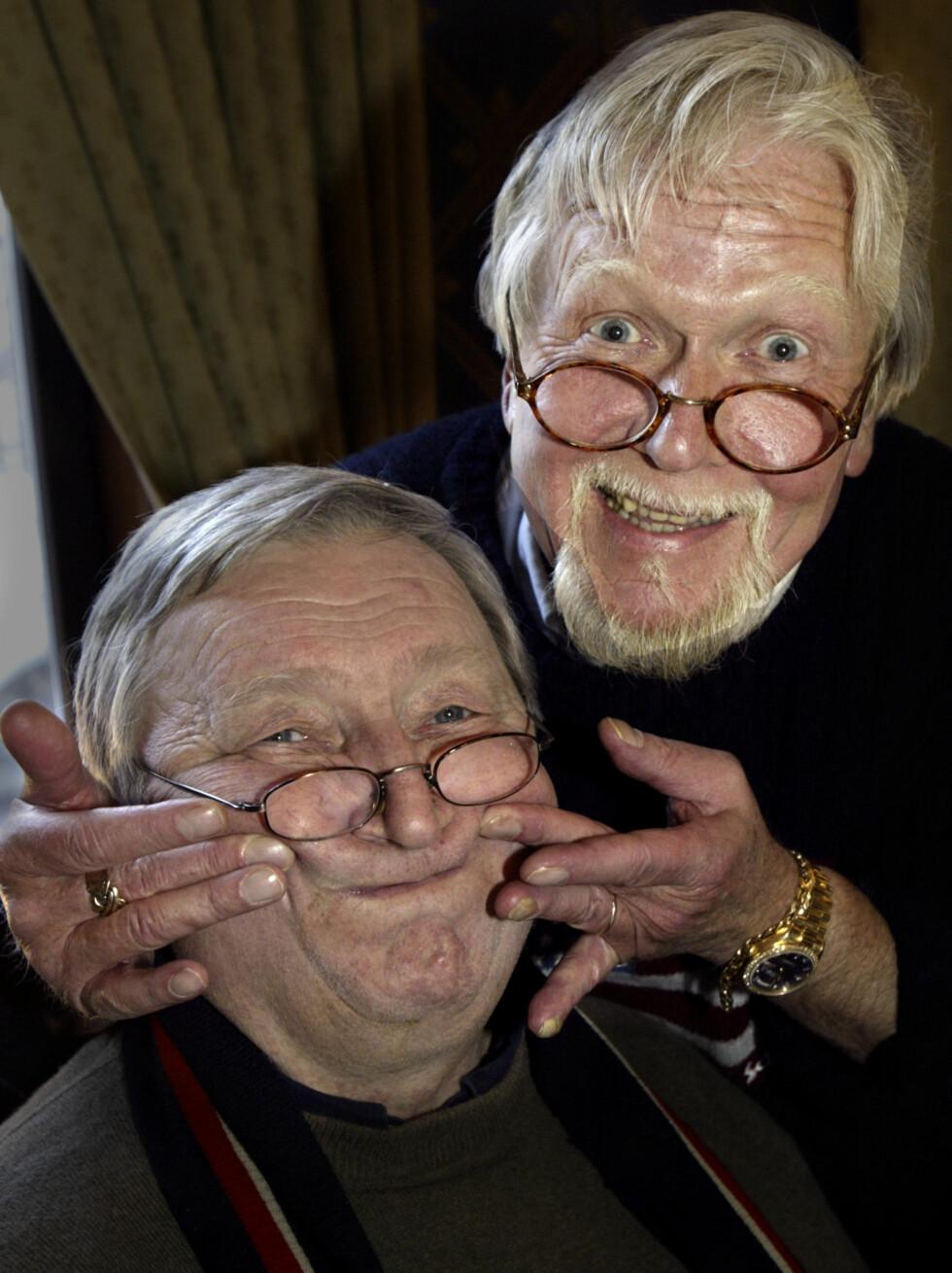 """LATTERDUO: Rolv Wesenlund får hjelp av Harald Heide-Steen jr. med smilet. De to ble legendariske som """"Wesensteen"""". Foto: SCANPIX"""