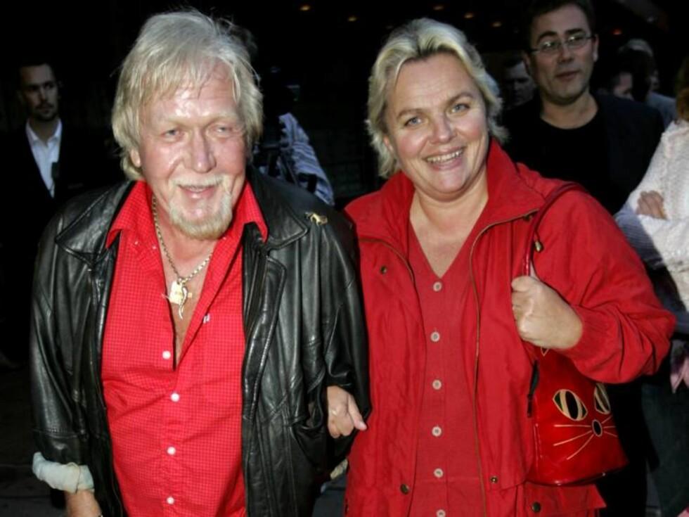 TAKKER MANNEN: Gullen Øyehaug takker ektemannen for at hun fikk oppleve den store kjærligheten i biografien.  Foto: SCANPIX