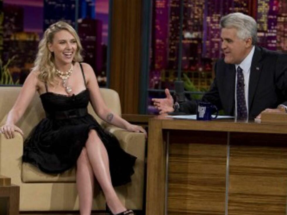 RØDMET: Scarlett rødmet da Jay Leno tilbød henne en av sine biler for å få oppfylt sin sex-fantasi.