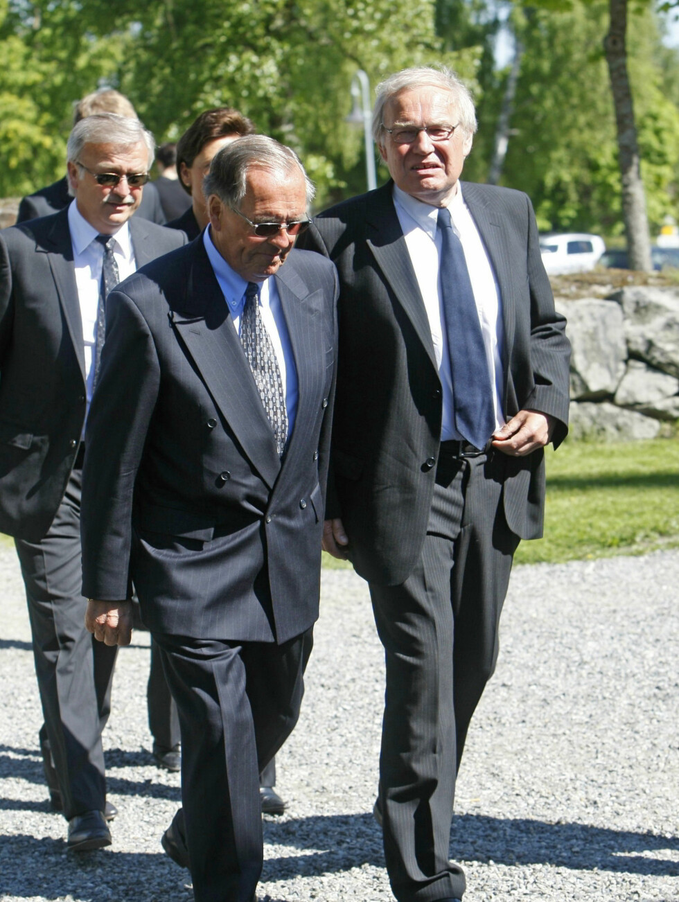 SISTE FARVEL: Tidligere kolleger Arne Scheie (t.h), Jon Herwig Carlsen og tv-kjendis Halvard Flatland (bak) går inn i kirken. Foto: SCANPIX