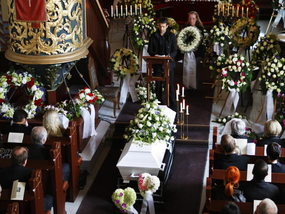 SISTE FARVEL: Trøgstad kirke var vakkert dekorert. Foto: SCANPIX