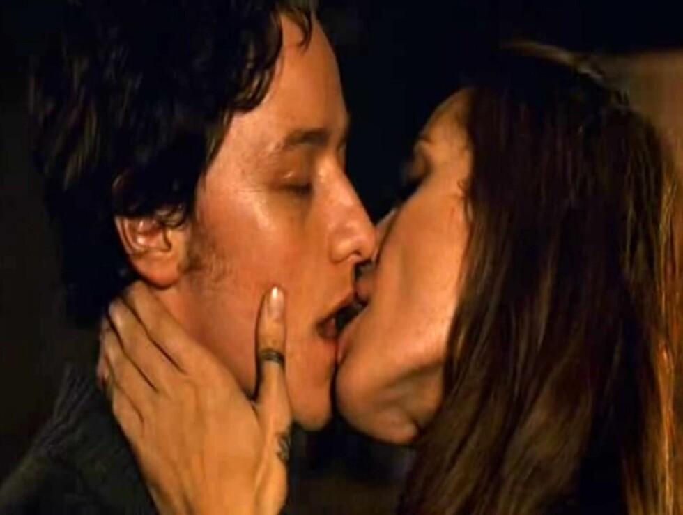 """<strong>KLINER TIL:</strong> Det blir dampende hett mellom Angelina Jolie og James McAvoys rollefigurer i """"Wanted"""".  Foto: All Over Press"""