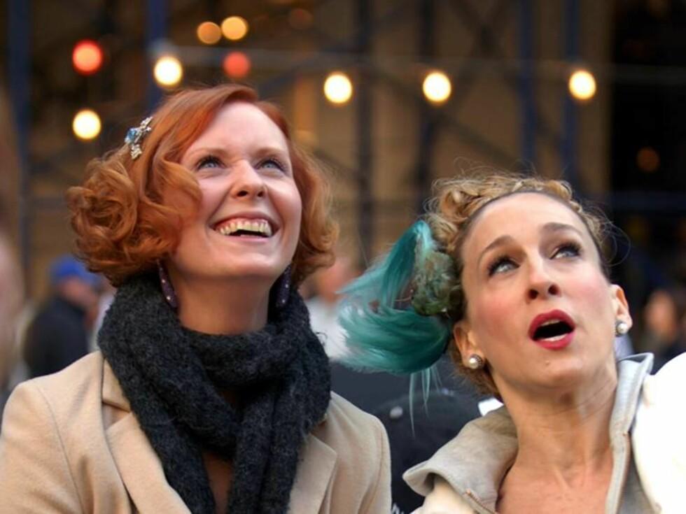 HVA?: Miranda og Carrie ser tydeligvis noe spennende, hva får vi ikke vite før filmen kommer. Foto: Stella Pictures