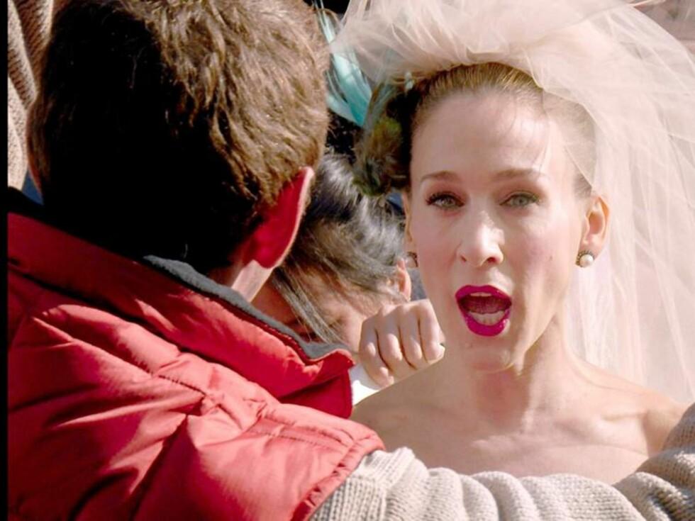 MÅPER: Carrie så ut til å bli veldig overrasket over noe, mens en ansatt på filmsettet fikser brudesløret. Foto: Stella Pictures