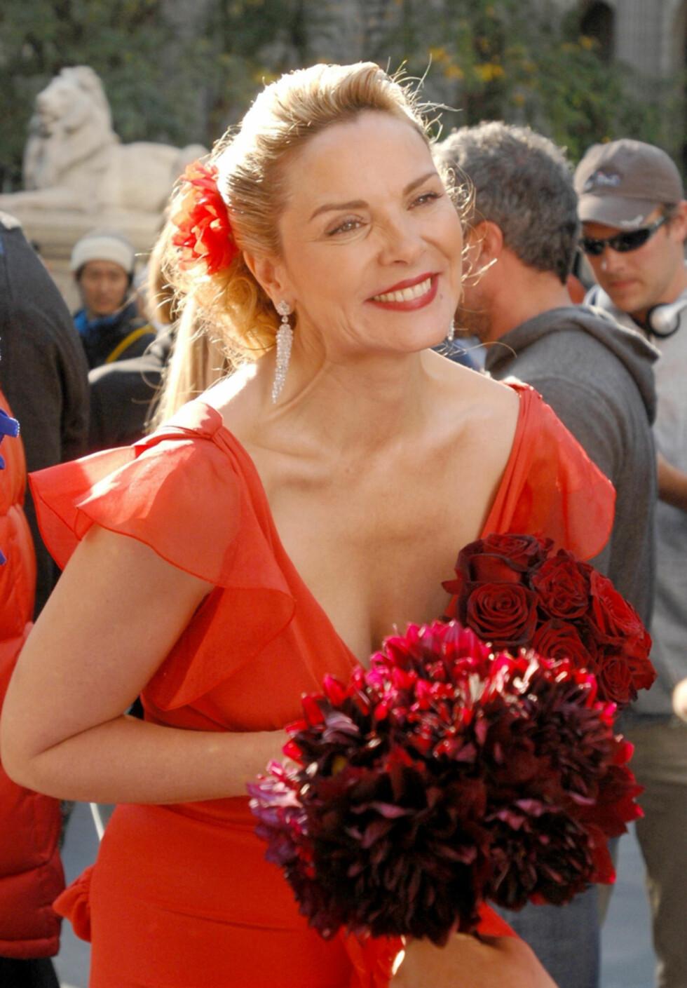STRÅLER: Kanskje også Samantha, spilt av Kim Cattrall, blir gift med sin sexy yngre kjæreste Jerry Smith? Foto: Stella Pictures