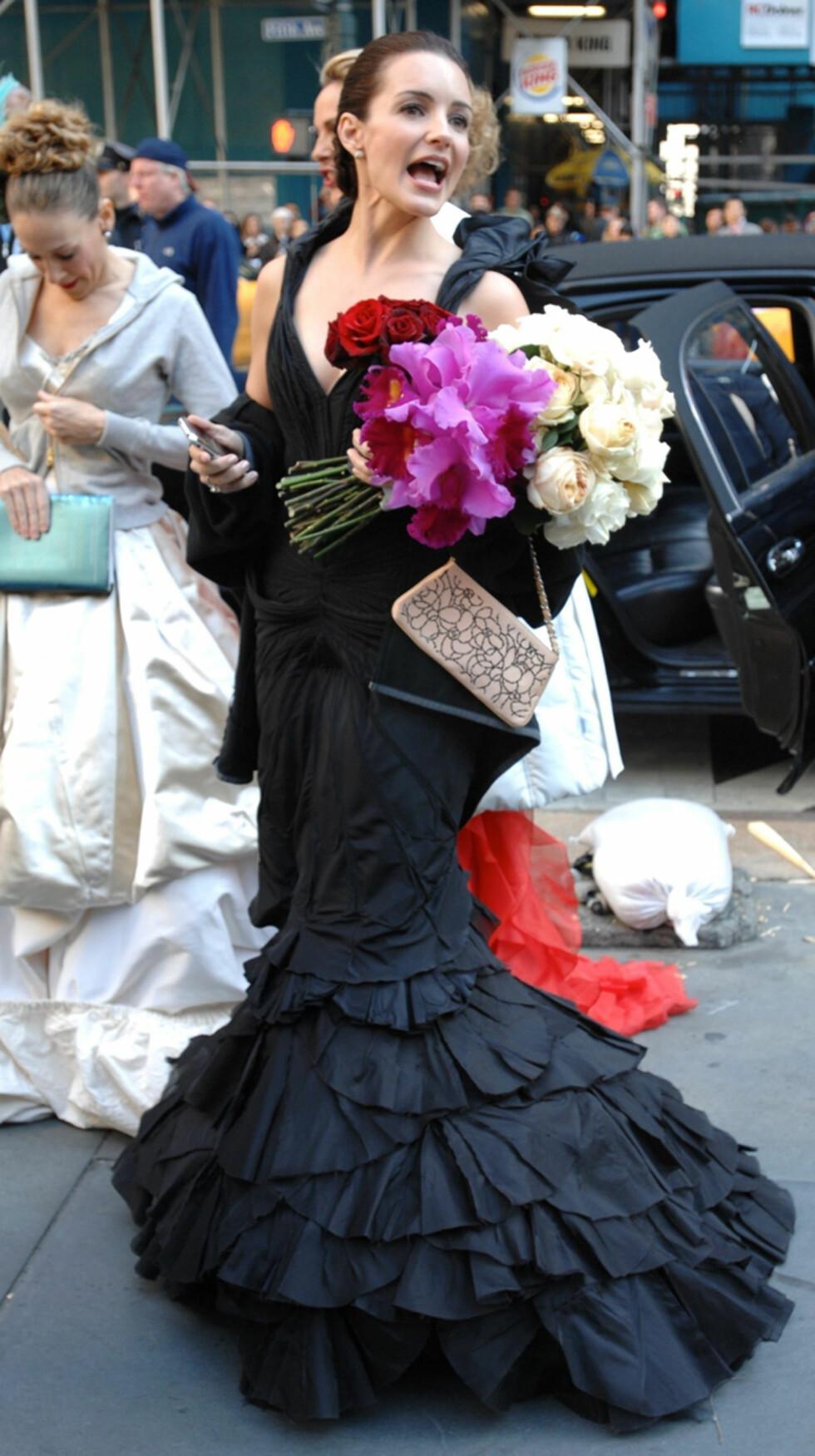FLOTT: Carries bryllup ser nesten like mye ut som en motevisning, her med Charlotte York. Foto: Stella Pictures
