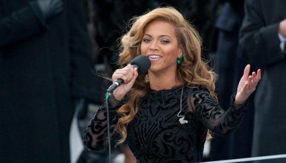 IKKE EKTE VARE: Popstjernen Beyoncé latet som at hun sang nasjonalsangen, og det som kom ut av høyttalerne var en forhåndsinnspilt versjon.  Foto: All Over Press