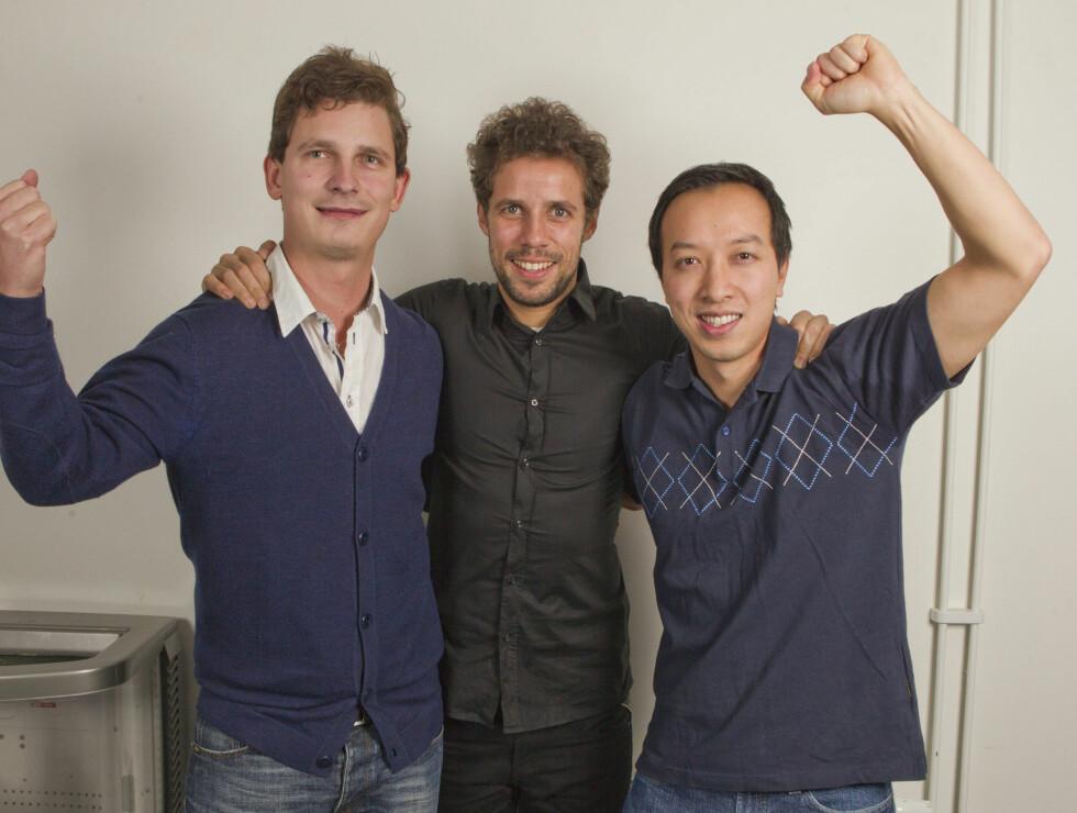 KAMERATER: Vinh Phung (28) (t.v.) og Terje Stokke (29) med Freddy dos Santos. Foto: Oddvar Walle Jensen