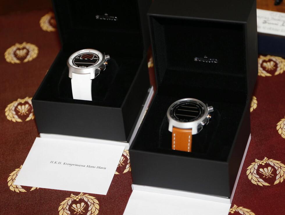 KLOKKER: Til kronprins Haakon og kronprinsesse Mette-Marit ventet det flotte klokker fra Suunto. Foto: NTB scanpix