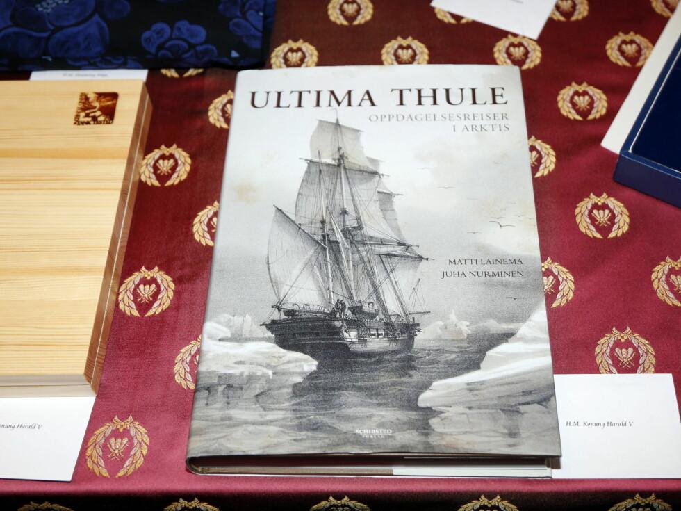 LITTERATUR: På gavebordet lå boken «Ultima Thule - Oppdagelsesreiser i Arktis», skrevet av finnene Matti Lainema og Juha Nurminen. Foto: NTB scanpix