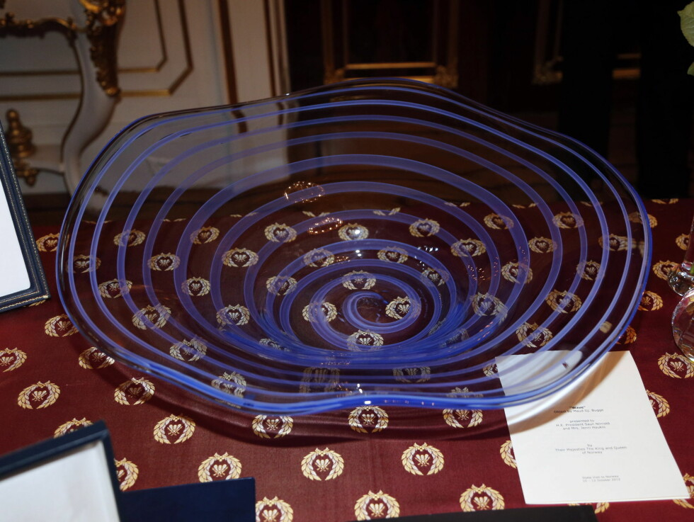 FRUKTFAT: En av gavene fra det finske presidenparet. Foto: NTB scanpix