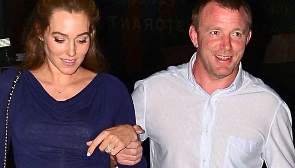 LYKKELIGE: Guy Ritchie viste frem kjæresten Jacqui Ainsleys forlovelsesring. Foto: All Over Press