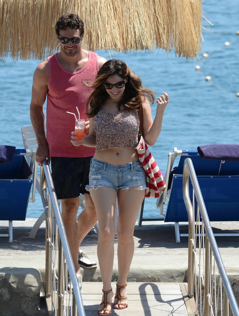 NYTER FERIEN: Kelly Brook og Thom Evans ankom øya Ischia i nærheten av Napoli mandag. Paret så ut til å være svært fornøyd med å være i ferieparadiset.  Foto: All Over Press