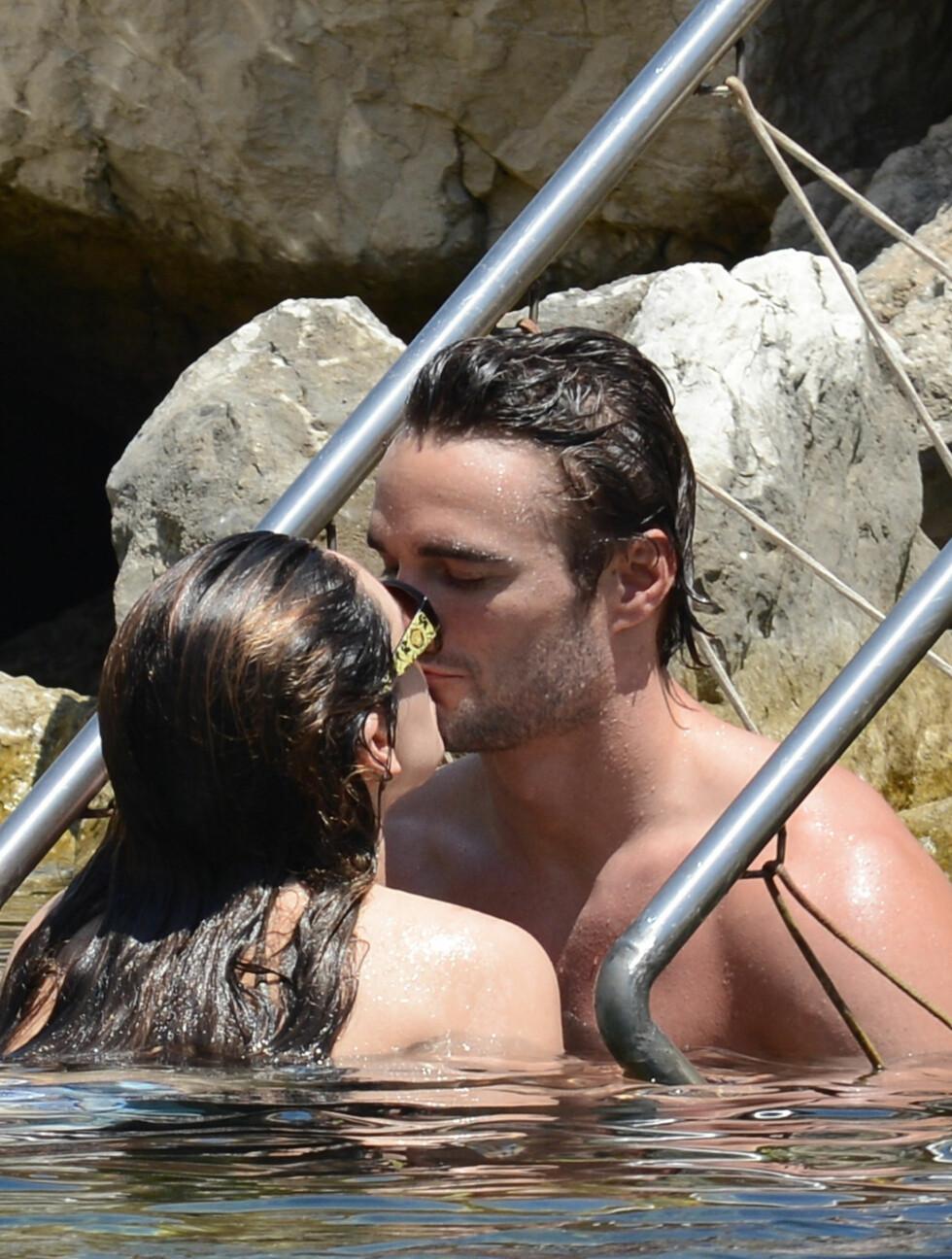 PÅ BØLGELENGDE: Kelly Brook og Thom Evans viste sin kjærlighet på ferie på Ischia i Italia denne uken.  Foto: All Over Press
