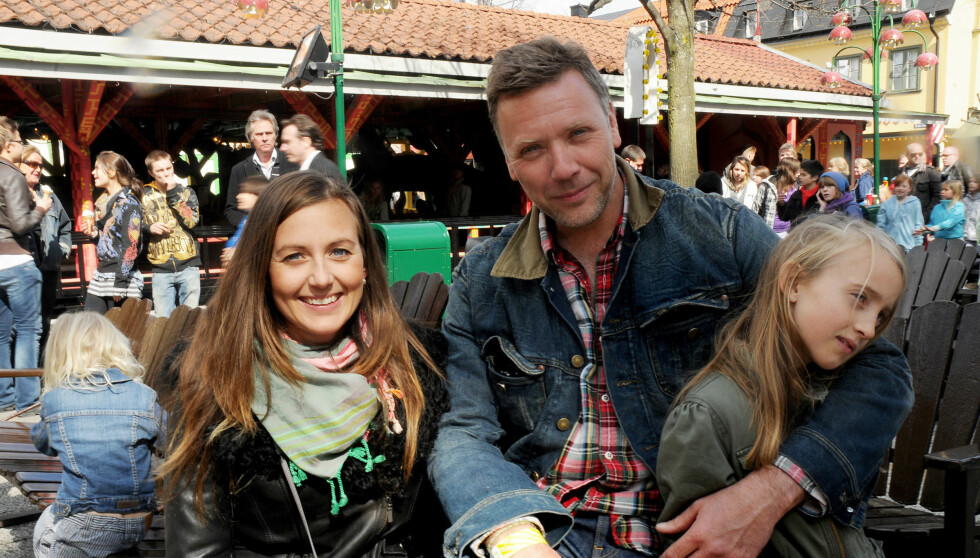 FAMILIEFAR: Mikael Persbrandt er her fotografert på Gröna Lund i Stockholm sammen med kjæresten Sanna Lundell og hennes datter. Paret har også to sønner sammen. Foto: Stella Pictures