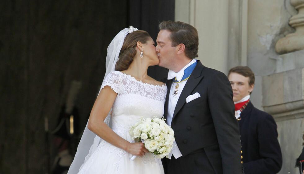 LYKKELIG PAR: Chris og Madeleine klarte ikke stoppe å kysse hverandre etter vielsen. Nå tror svenskene på en rask familieforøkelse. Foto: FameFlynet