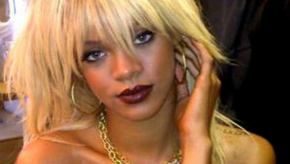 OVERRASKET: Rihanna viste seg fram fra en ny side på Twitter fredag med blonde lokker. Foto: Stelal
