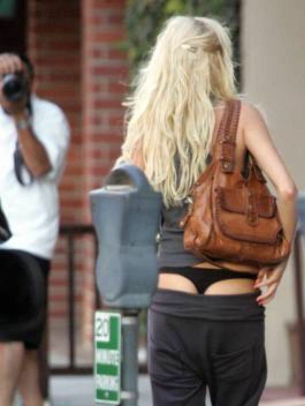 <strong>Code:</strong> X17XX8 - Ruano, Beverly Hills, USA, 13.06.2005: Kimberly Stewart has a problem with her pants as she goes to visit a nail salon in Beverly Hills. Rod Stewart's daughter is showing her underwear to the bystanders as her pants keep sliding down. All Foto: All Over Press