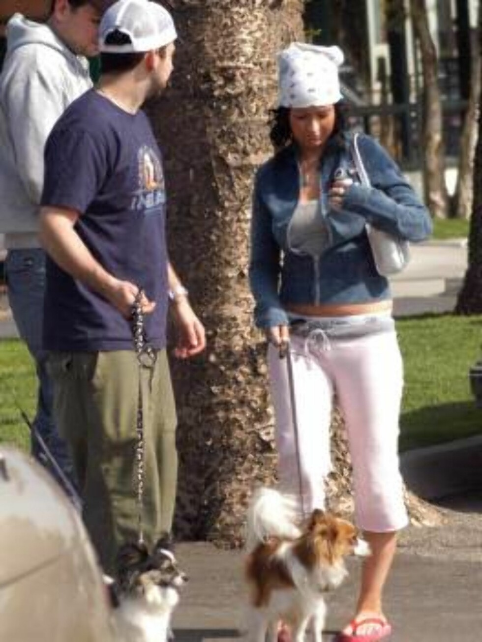 Christina Aguilera and her new boyfriend Jordan Bratman take her dogs for a walk at the Malibu Country Mart.  Aguilera has been linked to Bratman, who works at her record label, for almost a month.  Meanwhile, Aguilera shows off her new curves in hip-hugg Foto: All Over Press