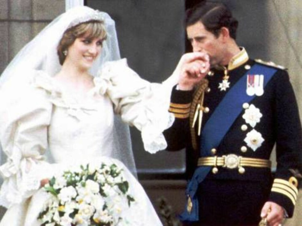 FILE--This is July 29, 1981 filer of Prince Charles and Princess Diana on the balcony of Buckingham Palace on their wedding day, in London, England.  Diana, Princess of Wales has died, according to the British news agency, Press Association, Sunday Aug. 3 Foto: AP