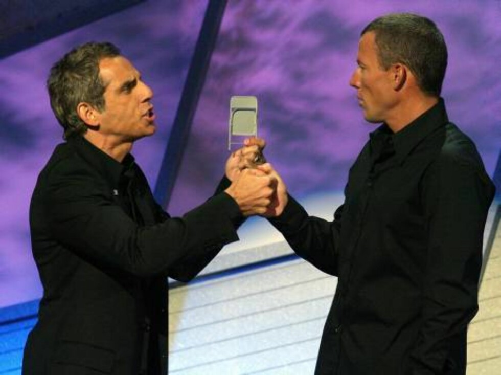 HOLLYWOOD - JULY 12:  Actor Ben Stiller and Lance Armstrong onstage together at the 2006 ESPY Awards at the Kodak Theatre on July 12, 2006 in Hollywood, California.  (Photo by Kevin Winter/Getty Images) *** Local Caption *** Ben Stiller;Lance Armstrong  * Foto: All Over Press